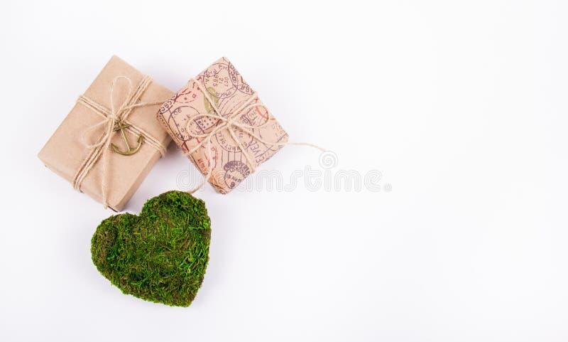 Grön hjärta och gåvor Romantiskt begrepp Naturligt valentinkort St Dag för valentin` s kopiera avstånd royaltyfria bilder