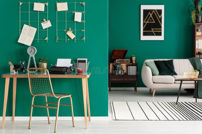 Grön inre för öppet utrymme för freelancer` s royaltyfri fotografi