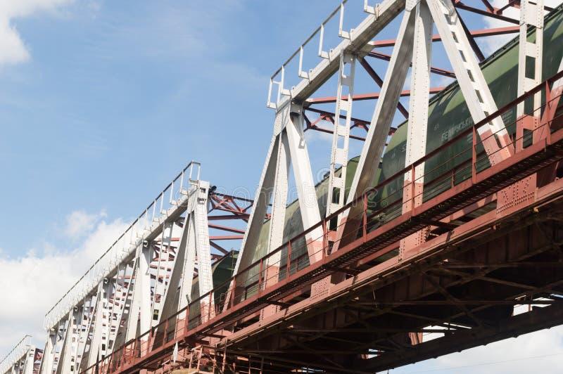 Grön järnväg bro royaltyfri foto