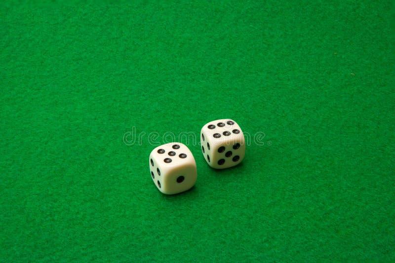 Grön kasinotabell med tärning royaltyfria foton