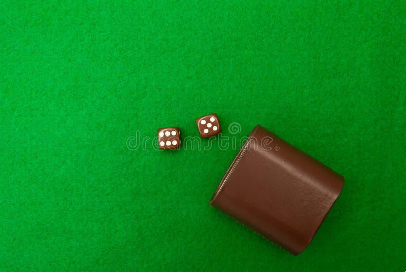 Grön kasinotabell med tärning royaltyfri foto