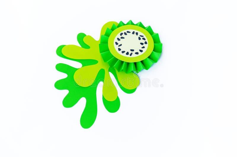 Grön kiwi som göras av papper på en vit bakgrund Fruktsmoothiesvegetarian royaltyfria bilder