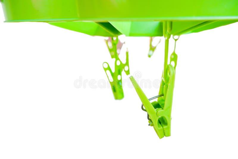 Grön klädnypa som isolerade på en vit bakgrund arkivfoto