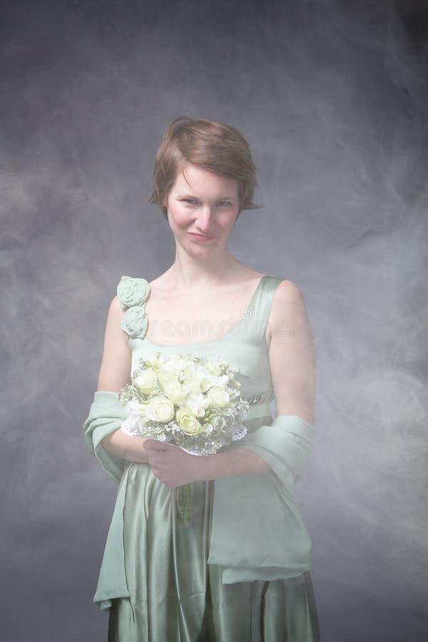 Grön klänning för en brudkvinna arkivbilder
