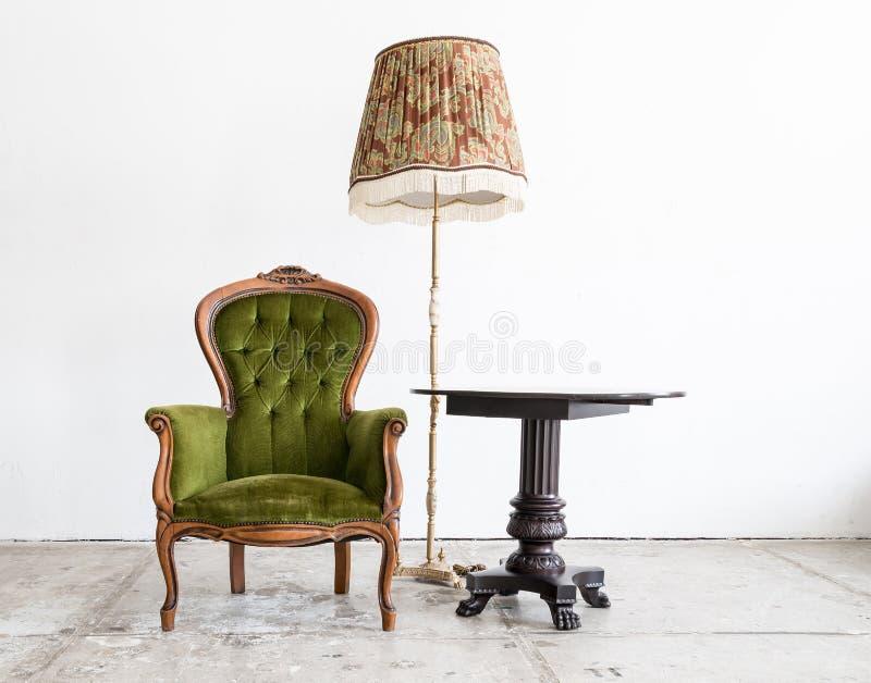 Grön klassisk soffa för stilfåtöljsoffa i tappningrum med D arkivfoton