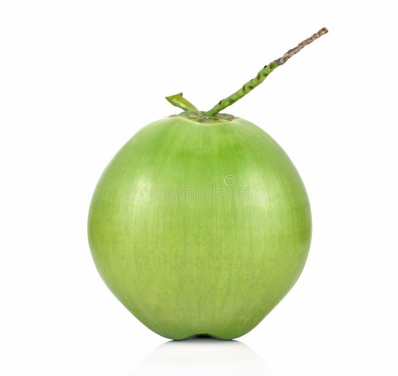 Grön kokosnötfrukt som isoleras på vit bakgrund arkivfoto