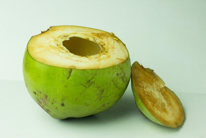 Grön kokosnötfrukt som isoleras på vit bakgrund Ny kokosnöt I arkivfoton