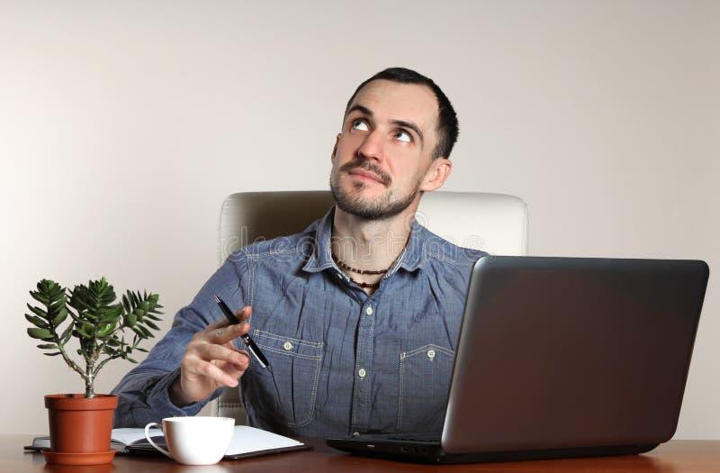 grön kontorsarbetare för bakgrund arkivfoton