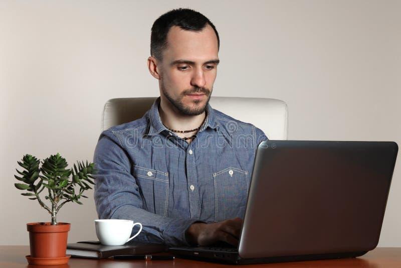 grön kontorsarbetare för bakgrund royaltyfria foton