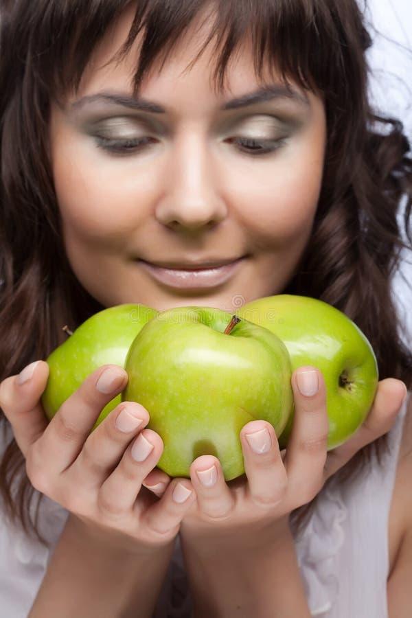 grön kvinna för äpplen fotografering för bildbyråer