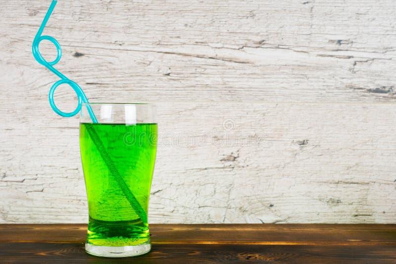 Grön läsk med coctailröret på tabellen royaltyfri bild