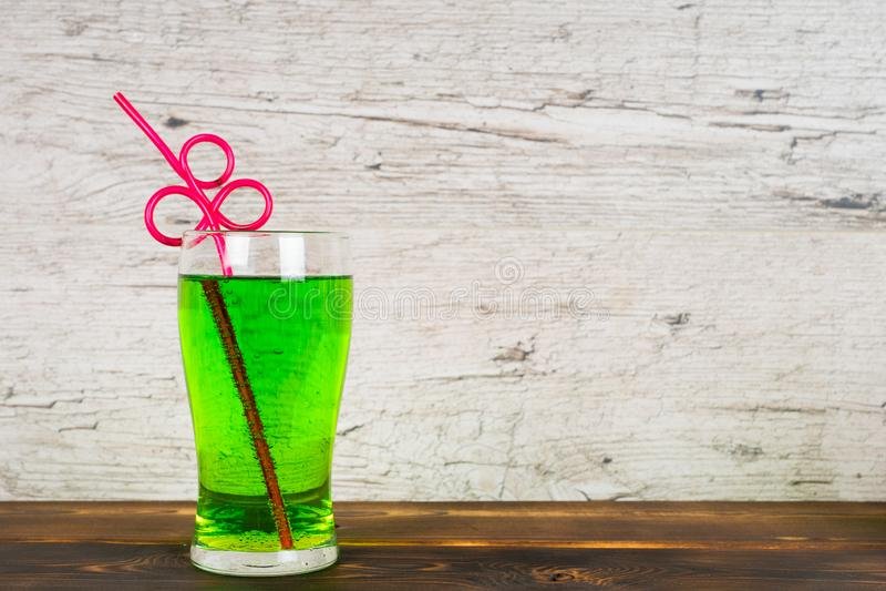 Grön läsk med coctailröret på tabellen arkivbilder