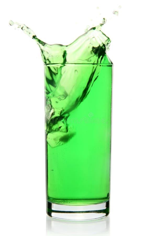 Grön läsk med färgstänk royaltyfria bilder