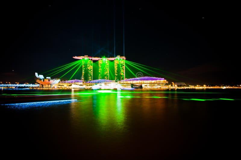 Grön laser från Marina Bay Sands royaltyfri fotografi