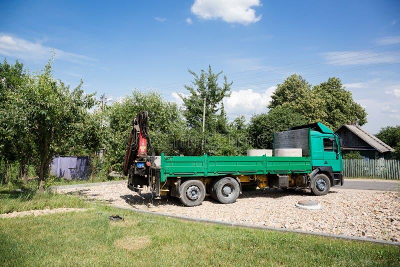 Grön lastbil med den monterade kranen royaltyfri foto
