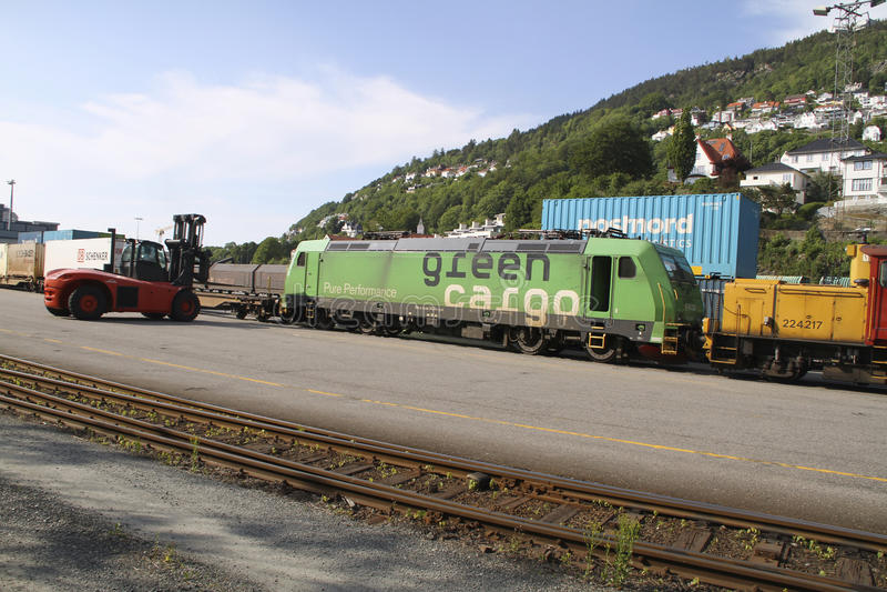 Grön lastlokomotiv royaltyfria bilder