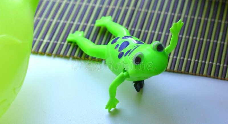 Grön leksakgroda royaltyfri bild
