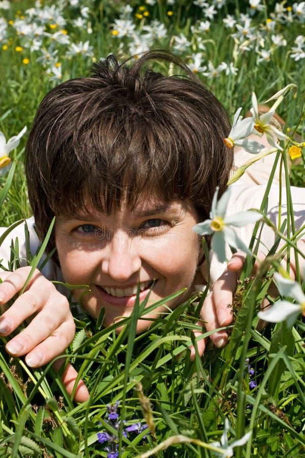 grön liggande kvinna för gräs arkivfoto