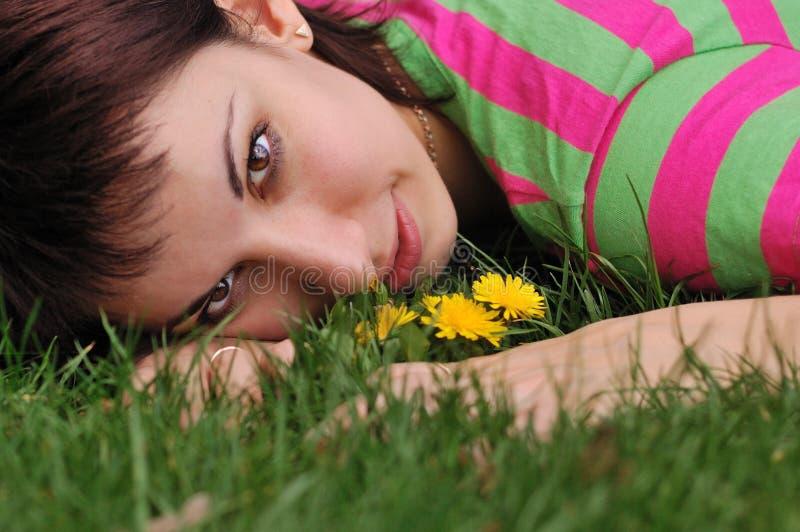grön liggande kvinna för maskrosgräs royaltyfria bilder