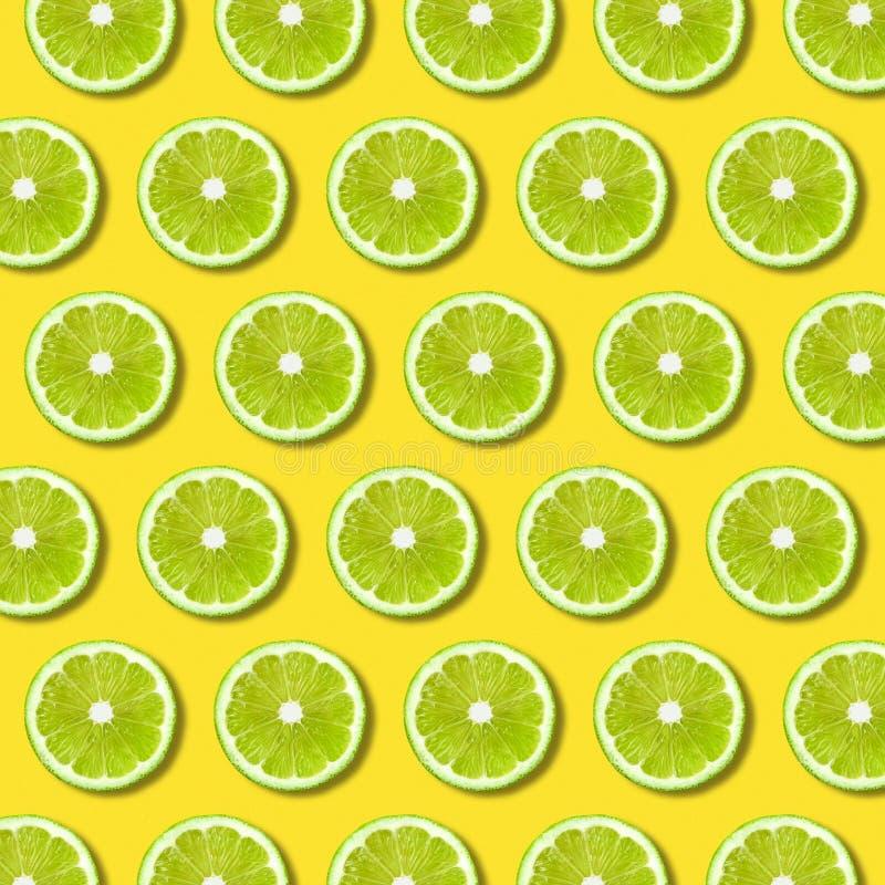 Grön limefruktskivamodell på vibrerande gul färgbakgrund royaltyfri illustrationer
