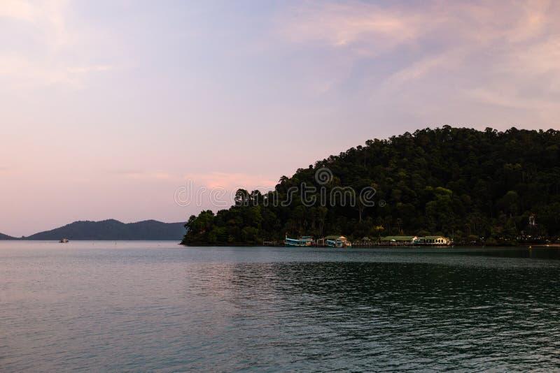 Grön livlig solnedgång på den Ko CHang ön i Thailand, April, 2018 - den Paradise blicken i verkligheten - bästa loppdestination arkivbild
