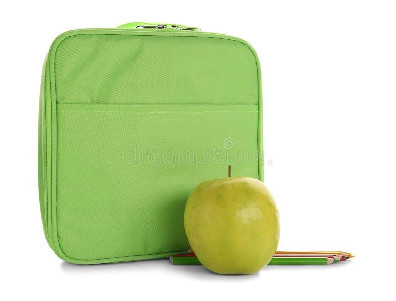 Grön lunchask, aptitretande äpple och färgrika blyertspennor arkivbild