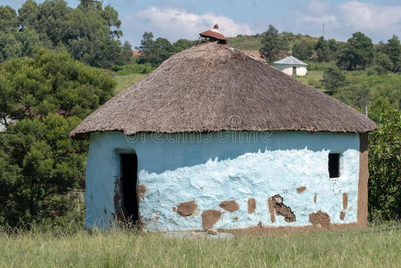 Grön målad gyttjakoja/rondavel i det Mpumalanga området, Sydafrika royaltyfri bild
