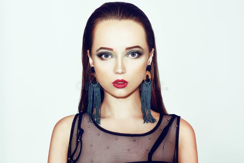 grön makeup Härlig flicka med makeup som isoleras på bakgrund Ögonsmink och sinnliga kanter elegant frisyr brunett fotografering för bildbyråer