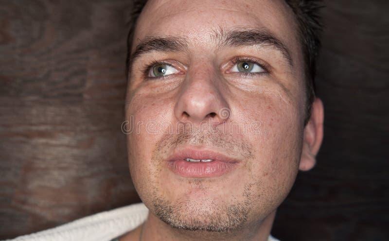 grön man för attraktiva ögon arkivfoto