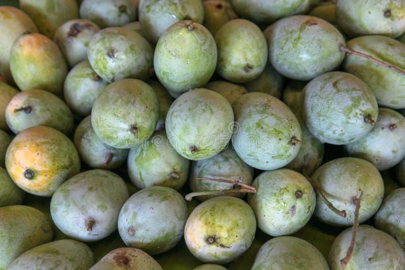 Grön mango, hög av till salu organiska frukter arkivbild