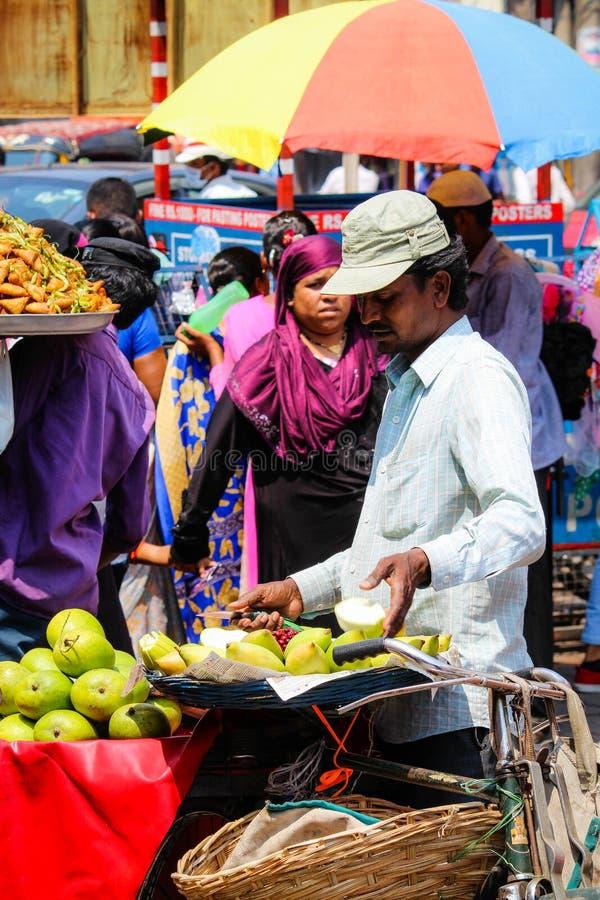 Grön mangosäljare för gata på Charminar Hyderabad Indien royaltyfri bild