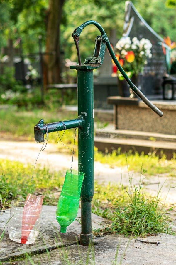 Grön manuell vattenpump arkivfoton