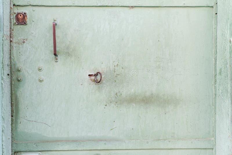 grön metalldörrtextur med en nyckelhål Tappningmetalltextur fotografering för bildbyråer