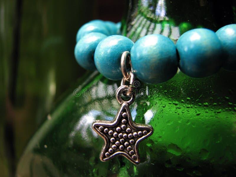 grön metallisk stjärna för pärlor royaltyfri bild