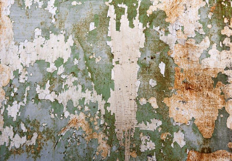 Grön metallplatta med sprucken målarfärg och stora målarfärgfläckar därför att arkivfoton