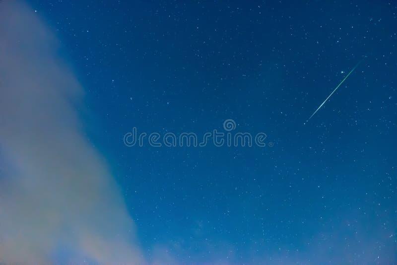 Grön meteorregn på himmel för blå stjärna royaltyfria foton