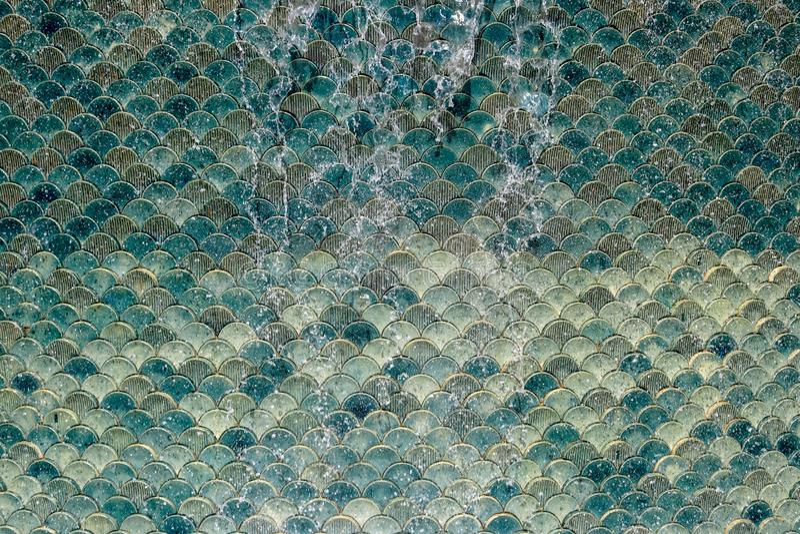 Grön mosaik som flödar över vatten royaltyfri illustrationer