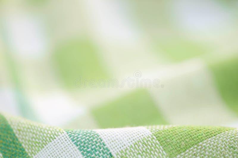 Grön och vit rutig skrynklig kökshanddukbakgrund royaltyfri bild
