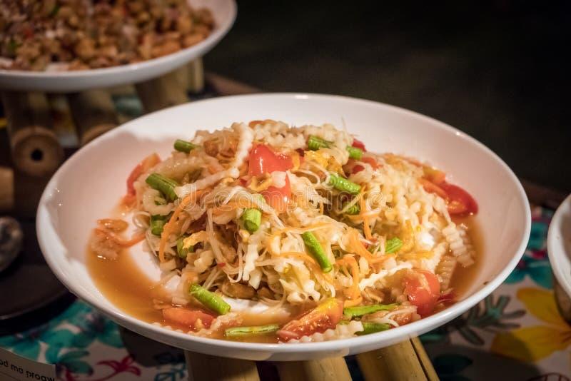 Grön papayasallad eller 'Somtum 'i thailändskt ord royaltyfri foto