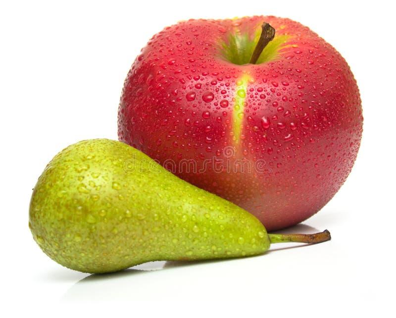 Grön pear och moget rött äpple 2 royaltyfria bilder