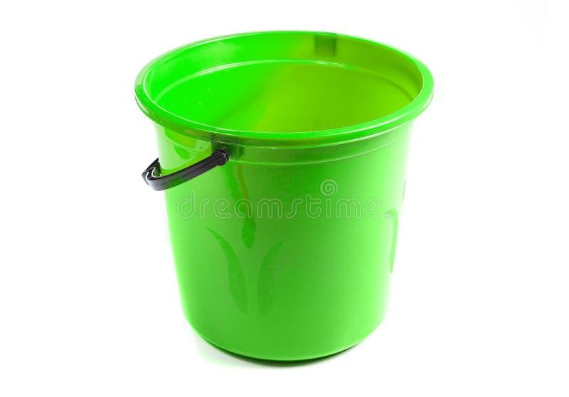 Grön plast- hink som isoleras på vit bakgrund royaltyfri bild