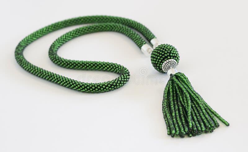 Grön prydd med pärlor virkninghalsband royaltyfri bild