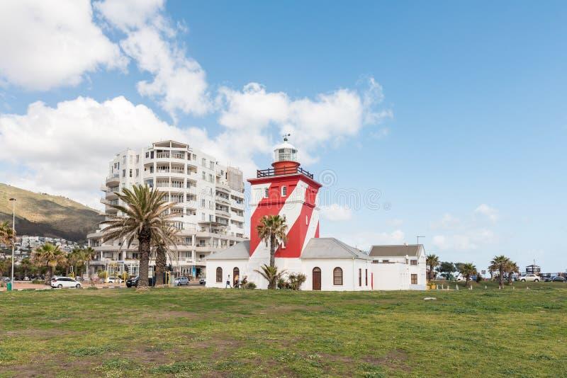 Grön punktfyr på Mouille punkt i Cape Town arkivbild