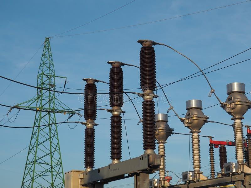 Grön pylon, hög spänningsströmbrytare och aktuella transformatorer på bakgrund för blå himmel arkivfoton