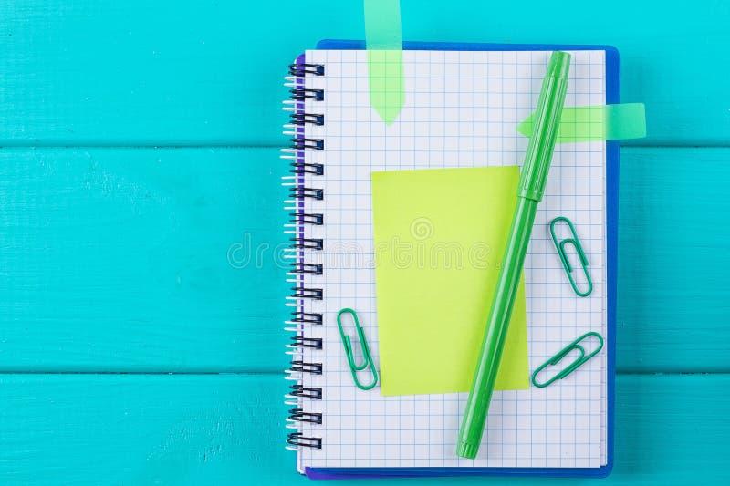 Grön räknemaskin med en pappers- klistermärke arkivbild