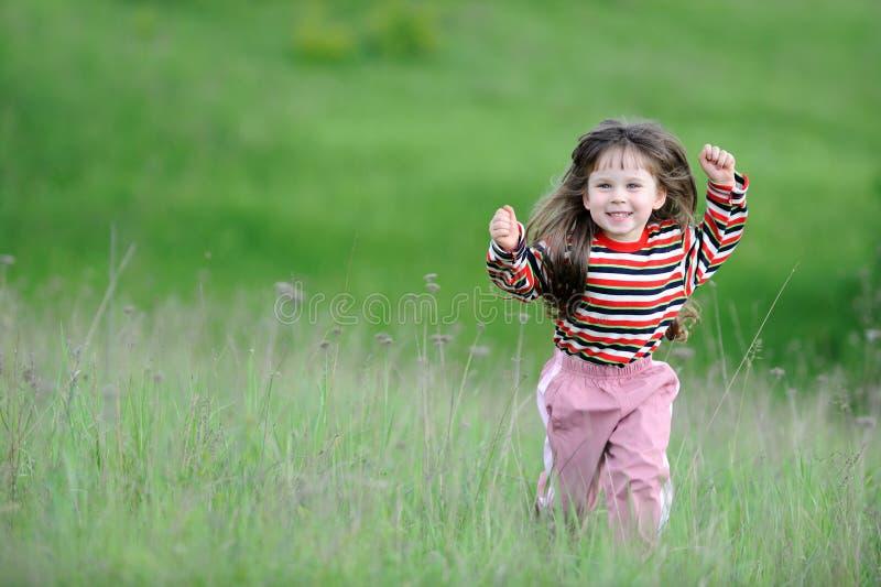 grön running för fältflicka arkivfoton