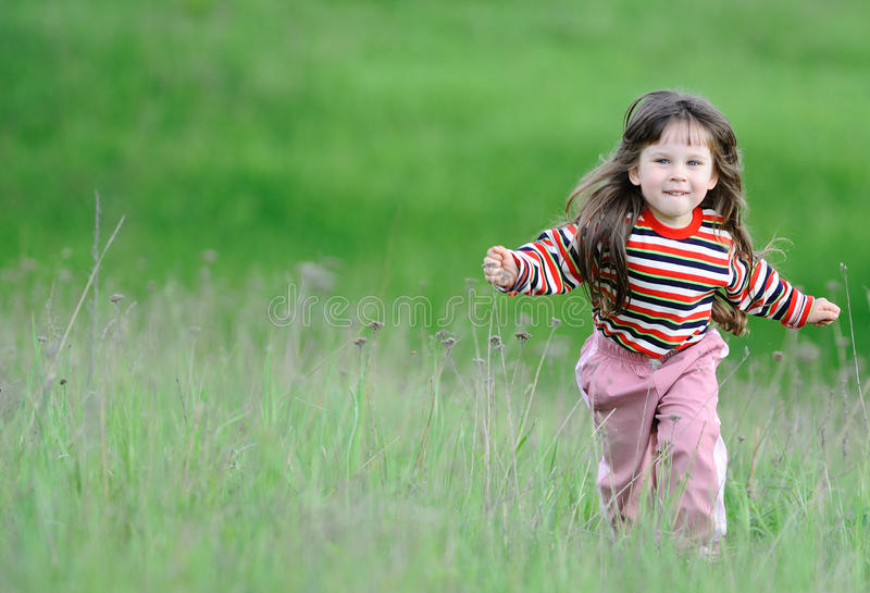 grön running för fältflicka royaltyfri foto