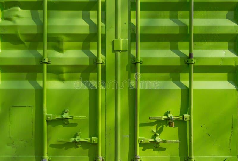 Grön sändningsbehållare arkivbild