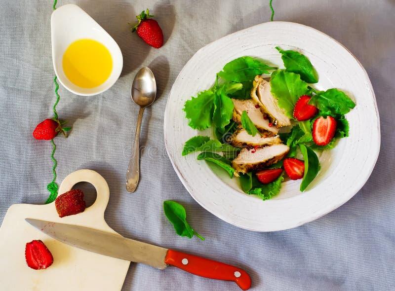 Grön sallad med höna och jordgubben arkivbilder