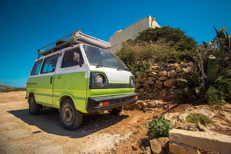 Grön skåpbil och medelhavs- landskap arkivfoton